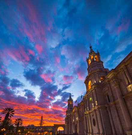 Cielo e nubi variopinti sbalorditivi al crepuscolo a Arequipa, alla destinazione famosa di viaggio e al punto di riferimento nel Perù. Vista grandangolare dal basso della cattedrale coloniale. Cornice panoramica