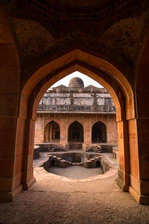 Mandu India, Afghaanse ruïnes van islamkoninkrijk, moskeemonument en moslimgraf. Kijk door de deur, Jahaz Mahal. Stockfoto
