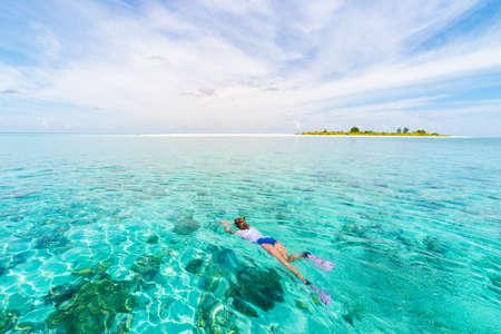 Frau, die am tropischen karibischen Meer des Korallenriffs schnorchelt, türkisblaues Wasser. Indonesien Wakatobi-Archipel, Meeresnationalpark, touristisches Tauchreiseziel