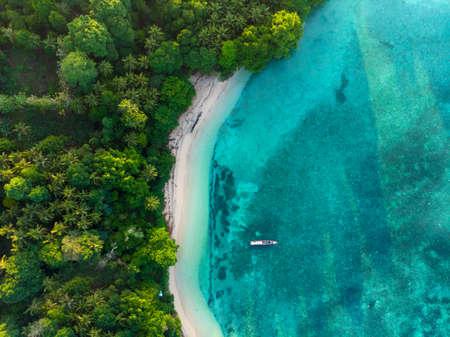 Widok z góry na dół z lotu ptaka tropikalnego raju dziewiczej plaży lasów tropikalnych Blue Lagoon na wyspie Banda, Pulau Ay. Archipelag Indonezji Moluków, najlepszy cel podróży, najlepsze nurkowanie z rurką.