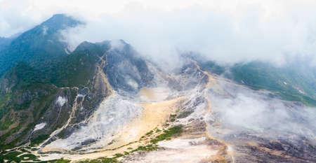 Vista aérea del volcán Sibayak, caldera activa al vapor, destino de viaje en Berastagi, Sumatra, Indonesia.
