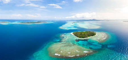 Aerial view Banyak Islands Sumatra tropical archipelago Indonesia, coral reef beach turquoise water. Travel destination, diving snorkeling, uncontaminated environment ecosystem Stockfoto