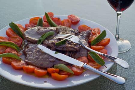 Scaloppine, italien, la viande cuite dans la sauce au vin rouge, tourn� en lumi�re naturelle