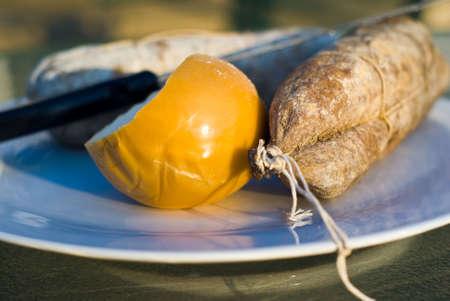 Traditionel italien salami au fromage tourn� en lumi�re naturelle. S�lective sur le fromage et le salami. Banque d'images
