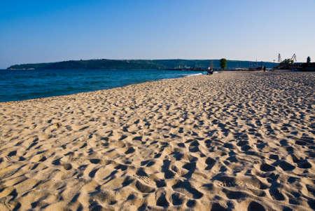 Plage de sable � Varna, en Bulgarie, tourn� contre la c�te et un ciel bleu