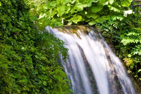 Watefall dans le jardin botanique � Balchik, Bulgarie. Plus l'exposition � la capture de mouvement d'eau.