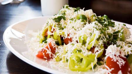 Healthy grec salade servie avec du yaourt frais. Profondeur de champ. Focus sur la gauche de la plaque. Banque d'images