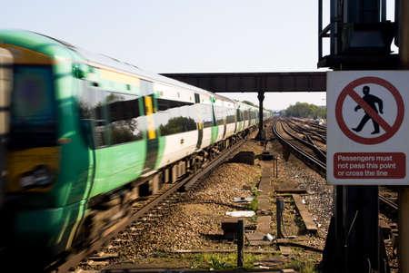Fast train approchant de la station de Clapham Junction, London, Europe.