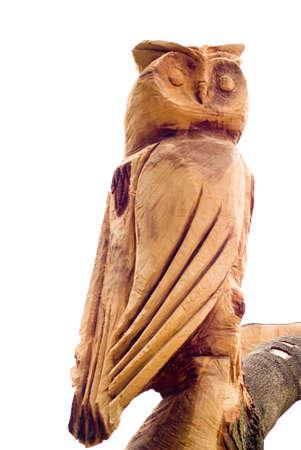Hibou en bois sculpt� provenant d'un arbre isol� sur blanc Banque d'images