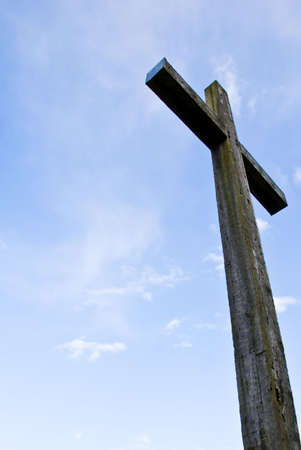 Retour allum� croix chr�tienne dans le ciel en face de la cath�drale
