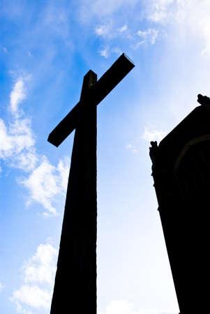 Silhouette d'un ancien lit croix chr�tienne dans le ciel en face de la cath�drale