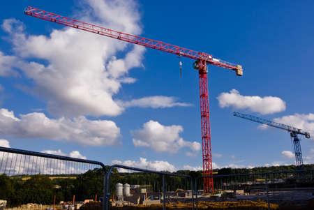 Grues au travail dans un chantier de construction