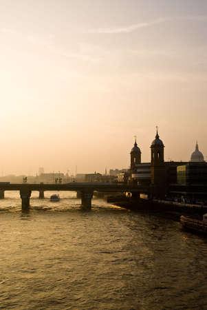 Skyline de Londres sur la Tamise, au coucher du soleil. Banque d'images