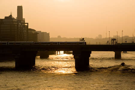 Silhouette de Londres sur la thames rivi�re au coucher du soleil.