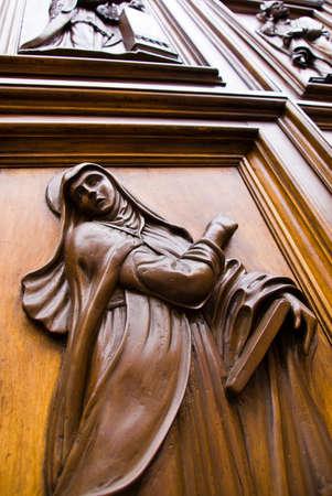 Vierge Marie sculpt�e dans un bois, portes de Florence, en Italie.