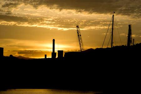 Silhouette d'Imperia port au coucher du soleil