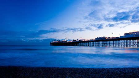 夜のブライトン。ブライトン桟橋。長い露光時間.