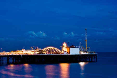 Brighton, por la noche. Muelle de Brighton. Una larga exposición. Foto de archivo