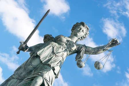 gerechtigheid: Vrouwe Justitia statuee in Frankfurt. Stockfoto