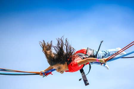 bungee jumping: Ni�a en el trampol�n de aire puenting