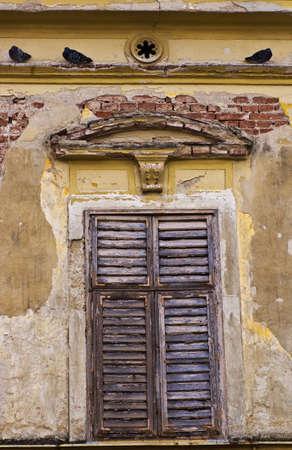 casa vecchia: Vecchia casa con otturatore usurati Archivio Fotografico