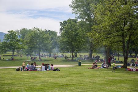 parken: Genf, Schweiz - 14. Mai 2015: Genfer Füllen öffentlichen Parks in Zahlen auf der Himmelfahrt, ein Feiertag Editorial