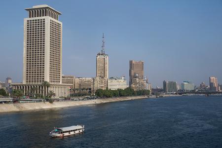 ボートで有名なコーニッシュ通りエジプトの首都、カイロの都市センターの前でナイル川を移動してカイロ, エジプト - 2015 年 6 月 11 日: 報道画像