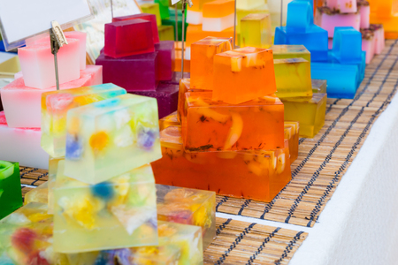 jabon: Coloridos hechos a mano barras de jabón en un puesto del mercado Foto de archivo