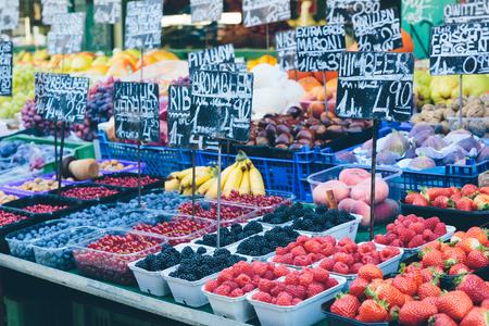 비엔나의 유명한 나슈 마르크 (Naschmarkt)에서 식욕을 돋 우는 시장이 포장 마차. 스톡 콘텐츠
