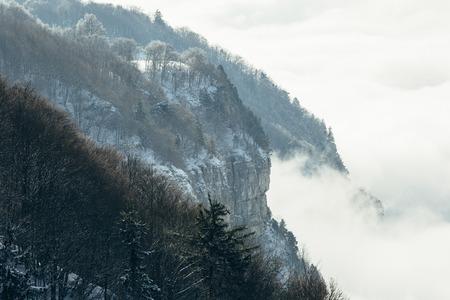 Berg, der vom Winternebel auftaucht. Standard-Bild - 96044743