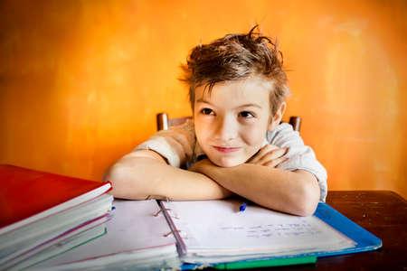 宿題に集中して若い男の子