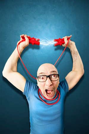 el hombre necesita energie sostienen cables Elettric rojos