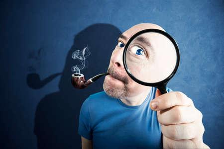 Hombre curioso controlar algo tirar una lente mientras se fuma Foto de archivo