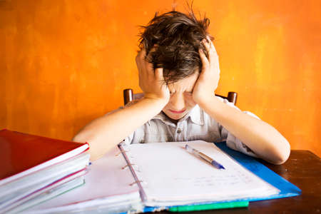 bambini pensierosi: Un giovane ragazzo ha sottolineato il lavoro