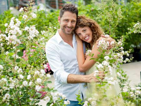 カップルは、楽しい時を過す温室で花を選択