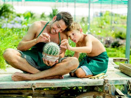 緑の家で彼の父と遊ぶ若い男の子