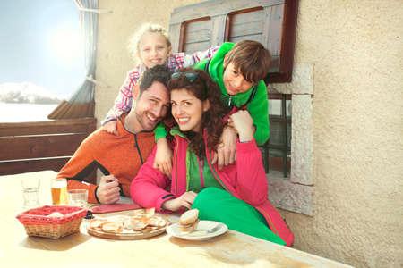 山のシャレーで昼食をとった家族 写真素材