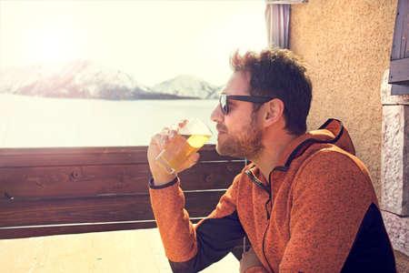 sitted と平和でビールを飲みながらリラックスした男 写真素材