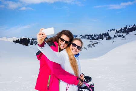 雪の上に selfie を持つ友人