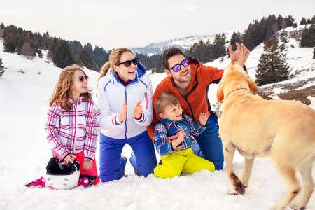 雪の中で楽しく犬と家族 写真素材 - 28649353