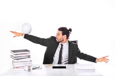 オフィスでサッカー ビジネスの男性を集中してください。