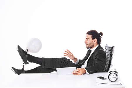 オフィスでサッカー ビジネスの男性