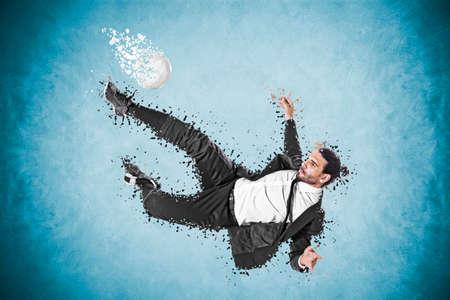 ボールを持つ壮大な動きを作るビジネスの男性