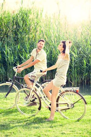 性質に乗る自転車を持っているカップル 写真素材 - 29296948