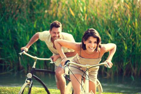 性質への自転車レースを持っているカップル