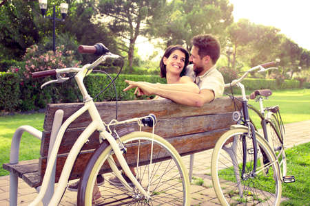 バイクの横にあるベンチで sitted togheter を愛のカップル
