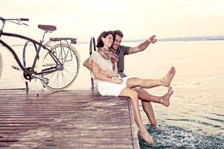 湖でバカンス楽しんでカップル 写真素材 - 29465661