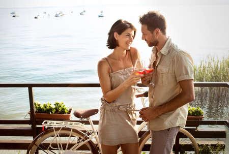 amor: casal apaixonado ter tempo spritz com vista para o lago Imagens