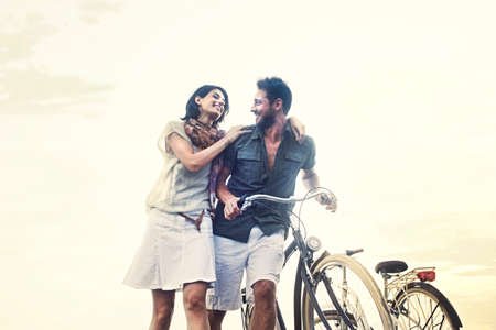 愛に押すことのカップルが一緒に自転車します。