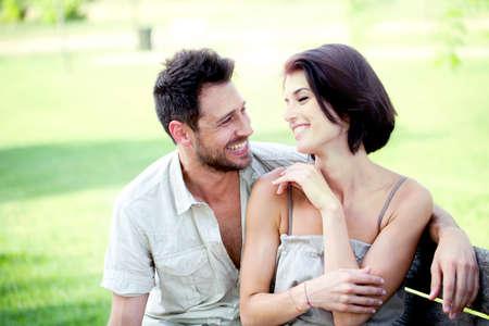 一緒に、ベンチに座って愛のカップル